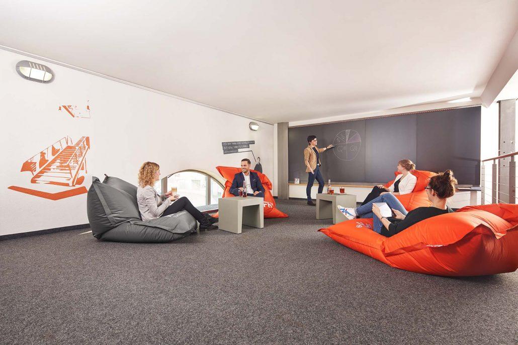 IFH Chillzone mit Sitzgruppe und Kreidewand