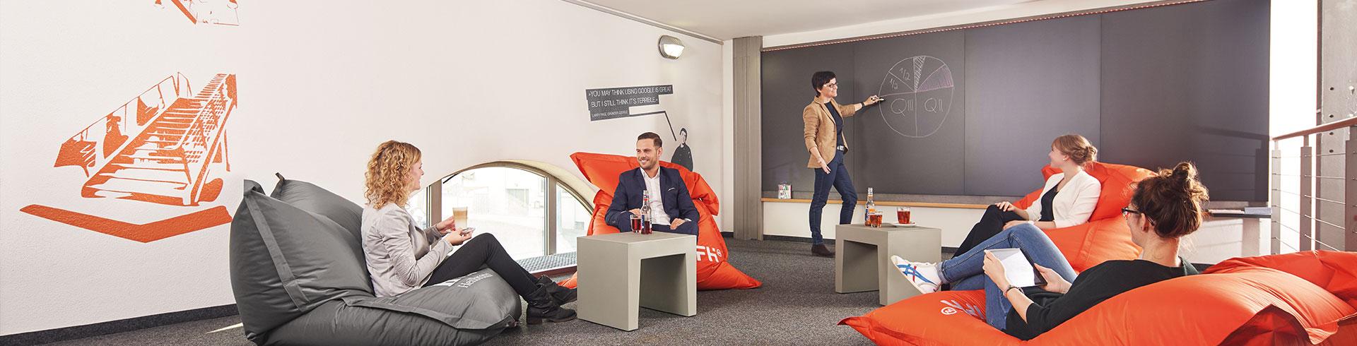 Headermrotiv IFH Chillzone mit Sitzgruppe und Kreidewand